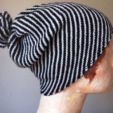 Mütze mit Diagonalstreifen