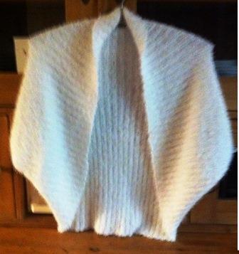T-Form Bolero aus Puschelwolle