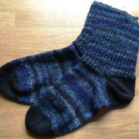 Trekking-Socken mit Schaft im Patentmuster