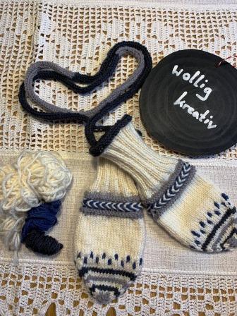 Zu guter Letzt: Handschuhe mit I-Cord-Rand am Bündchen, Bündchen mit verschränkten linken Maschen, Wickelborte, Pünkteneinstrickmuster, Bändchenspitze und Kordel